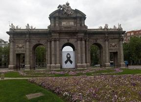 Un crespón negro recuerda a los fallecidos