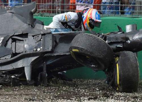 Brutal accidente de Alonso que sale ileso