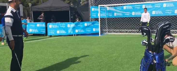 El penalti más solidario de Carlos Balmaseda en la plaza de Colón