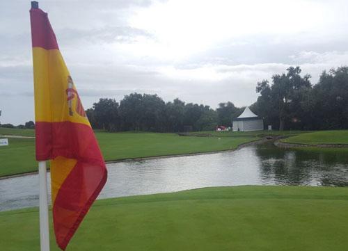 La bandera española ya ondea en el green del 17 de Valderrama