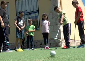 El pueblo entero se vuelca en la inauguración de un putting-green en el Colegio CRA Los Olivos