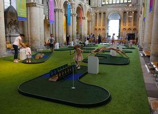 La Iglesia anglicana monta un minigolf en la Catedral de Rochester
