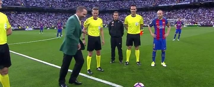 Sergio García hace el saque de honor del Clásico entre el Real Madrid-Barcelona con su