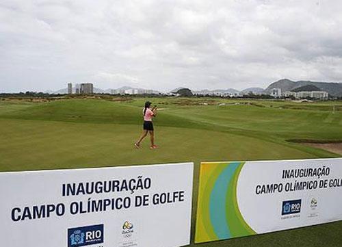 El alcalde de la ciudad, Eduardo Paes, entrega el campo al proyecto olímpico