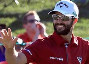Adam Hadwin camina sonriente hacia su primera victoria en el PGA Tour