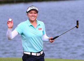 Brooke Henderson repite resultado y sigue al frente del torneo en Michigan