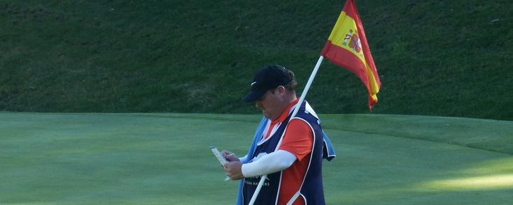 La bandera española siempre en alto en el green del 17