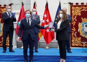 Una médico recoge la medalla de Honor de Madrid