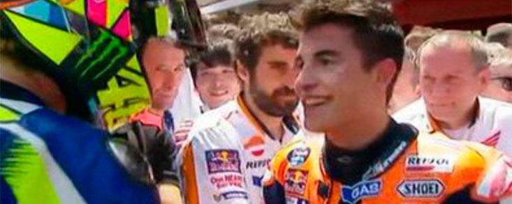 Rossi y Márquez se estrechan la mano en homenaje a Luis Salom