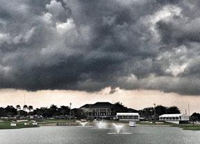 Justin Rose mantiene el liderato en una jornada suspendida por tormenta eléctrica