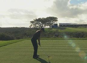 Tiger Woods rozó el hoyo en 1